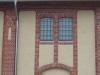 fassade-mit-gitterfenstern